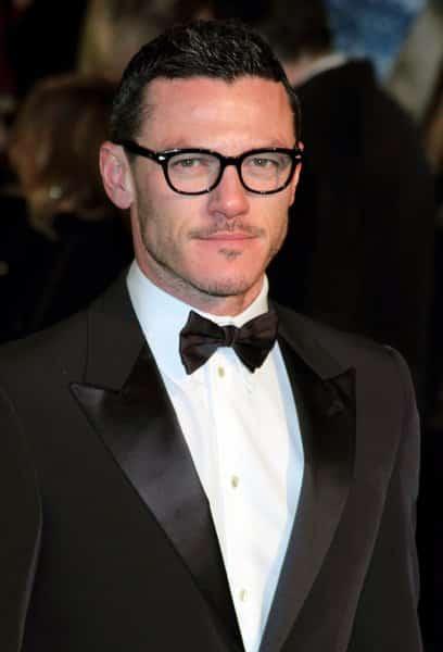 Luke Evans con gafas