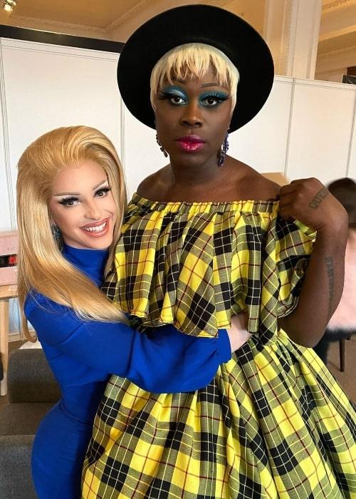 Miz Cracker (izquierda) posa para una foto con su madre drag en Olympia London en Londres, Inglaterra, en enero de 2020
